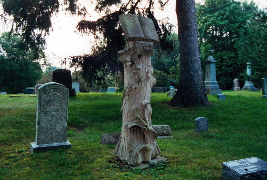 The tree monument in Bendle Cemetery, Michigan