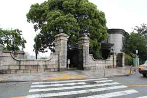 The main gate of the cemetery. The building visible on the right holds the museum